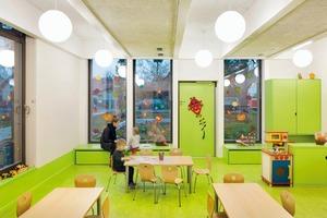 Die Gruppenräume und der Multifunktionsraum wurden aus Holz konstruiert, was an den großen Fensterflächen ablesbar ist