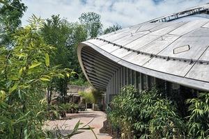Das Dach ist als Schale konstruiert. Die Fassade folgt dem Dachrand