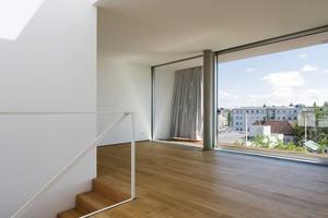 """<div class=""""10.6 Bildunterschrift"""">Die Fassade besteht aus drei Schichten: einem außenliegenden Vorhang, aus sonnendichtem Markisestoff, die tiefe Terrasse und die raumhohe Verglasung</div>"""