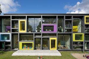 Das Kita-Gebäude befindet sich am Rande des Betriebsgeländes der Beiersdorf AG und orientiert sich somit auch zum Quartier. Auch Kindern aus dem Stadtviertel ist es möglich, die Kita zu besuchen