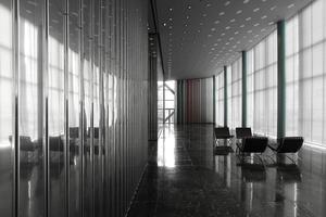 Reduzierte Elemente im sanierten Foyer. Ehemals war dort ein Reisebüro zu finden