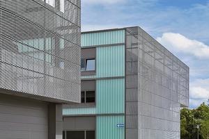 """<div class=""""9.6 Bildunterschrift"""">Die rahmenlose Unterkonstruktion der Streckmetallfassade ermöglicht ein einheitliches Außenbild der unterschiedlichen Nutzungsbereiche</div>"""