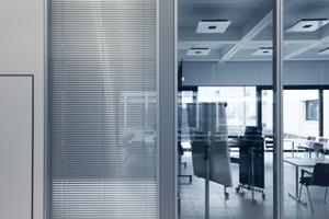 Die Veranstaltungsebene im EG ist mit ihren verschiebaren Wänden komplett zu öffnen oder, wenn gewünscht, in kleinere Räume zu unterteilen<br /><br />