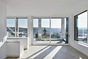 Die Wohnungen im neuen, durch eine Aufstockung entstandenen Dachgeschoss liegen deutlich hinter der alten Gebäudekante, was deren Terrassenfläche beträchtlich vergrößert