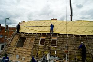 Mit der neuen Dampfsperre wird während der Bauphase das Dach durch die zugelassene Behelfsdeckung geschützt