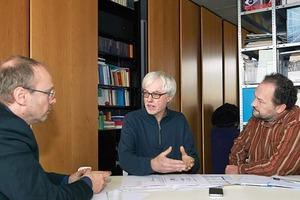 """<div class=""""9.6 Bildunterschrift"""">Architekturkritiker Claus Käpplinger (rechts) im Gespräch mit dem Architekten Wolfram Popp (links) und dem Statiker Johann Schneider (mittig)</div>"""