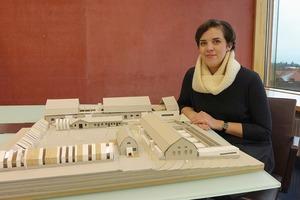 Sandra Kaiser, Studentin im Master-Studiengang an der FH Ffm zeigt ihren Entwurf zur Umnutzung der Bad Nauheimer Saline