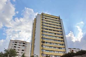 Die Herstellung der flächenmäßig mit rund 10 00 m² größten hinterlüfteten Fassade Österreichs stellte hohe Anforderungen an die beteiligten Planer und Fassadenbauer