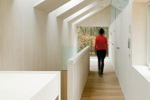 Der Holzbau besteht aus vorgefertigten hochwärmegedämmten Wand-und Dachelementen