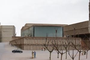 """Blick vom Kurt-Hackenberg-Platz auf den leichtfüßigen Entwurf für das Kölnische Stadtmuseum von Christian Kerez (Zürich), der entlang der Straße """"Am Hof"""" unter der Domplatte über mehrere Etagen mit dem Kurienhaus am Roncalliplatz verbunden ist"""