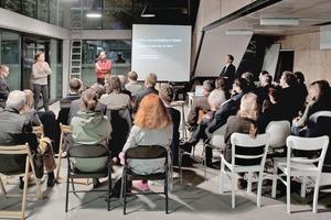 """<div class=""""10.6 Bildunterschrift"""">Der Gemeinschaftsraum steht einmal im Monat für externe Veranstaltungen zur Verfügung. Hier: Der BDA-Stadtsalon im Oktober 2013 mit Wilfried Wang zum Thema Kultur: Stadt</div>"""