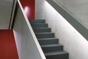 Zweckmäßige Beleuchtung und der sparsame Einsatz von Farbflächen setzen Akzente im Treppenhaus<br />