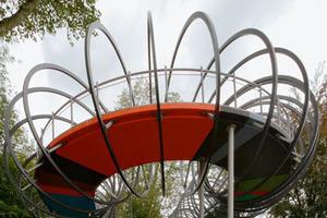 Die Spirale um die Brücke erinnert an ein Spielzeug aus den 1970er Jahren und versinnbildlicht die Dynamik der Schwingungen beim Überqueren der Brücke