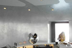 """<div class=""""4.1 Bildunterschrift"""">In die Decke eingelassene LEDs und vor allem der metallische Farbauftrag auf den Trockenbauwänden unterstützen den schimmernden Raumeindruck</div>"""