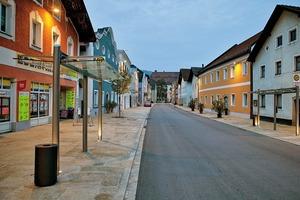 An dem 400m langen Marktplatz von Obernzell stehen 2- bis 3-geschossige Häuser aus verschiedenen Epochen. Unterschiedlich hoch montierte Leuchten machten eine individuelle Anpassung der Abstrahlwinkel nötig