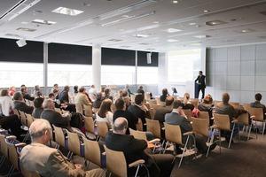 """Erfahrungsaustausch und fachliche Diskussion kennzeichneten das Symposium """"Effiziente Gebäudeinfrastruktur der Zukunft"""". Zahlreiche Architekten und Planer nutzten beim Messebesuch die Gelegenheit, um sich direkt auf der light+building in Frankfurt über dieses Thema zu informieren<br /><br />"""