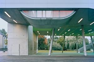 Das Gebäude erhält seine skulpturale Ausbildung durch die Addition von Sportelementen, die Teil des Gebäudes werden – z.B. Kletterwand, Skaterrampe, Halfpipe, überdachtes Spielfeld<br />