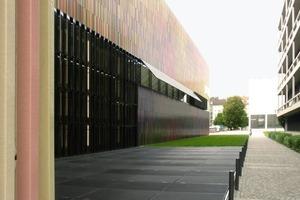 Blick Richtung Neue Pinakothek. Die im Boden liegenden Roste schützen das Glasdach, das den Patio belichtet<br />