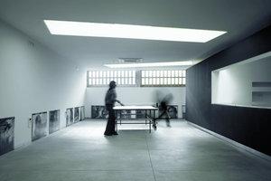Neben dem Haupteingang befindet sich der Zugang ins Untergeschoss. Hier, in einem insgesamt 300 m² großen Kellerraum, findet Kommunikation statt untereinander, aber auch zwischen den Mitarbeitern und Kunden. Hier wird gespielt, gefeiert, konferiert