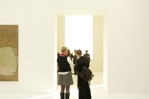 """Seitenlicht bis ins Innere über die wieder geöffnete Seitengalerie zur Karlsaue (""""ohne Titel"""" von Kurt Kocherscheidt, links, angeschnitten)"""