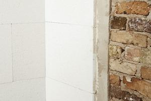 Untergrund vorbereiten, Schadstellen im Mauerwerk mit Füllmörtel schließen, Wandfläche ggfs. mit Ausgleichsputz planieren, Leichtmörtel auf Mineraldämmplatte auftragen, ansetzen, andrücken - fertig<br />