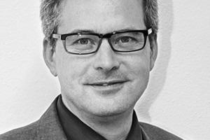 """<div class=""""autor_linie""""></div><div class=""""dachzeile"""">Autoren</div><div class=""""autor_linie""""></div><div class=""""fliesstext_vita""""><span class=""""ueberschrift_hervorgehoben"""">Dipl. Ing. (FH) Jürgen Benitz-Wildenburg</span> ist Schreiner, Holzbauingenieur, Marketingexperte und seit vielen Jahren in der Holz- und Fensterbranche tätig. Er leitet im ift Rosenheim die Abteilung PR &amp; Kommunikation. Das ift Rosenheim begleitet als neutrale Einrichtung die Fenster-, Fassaden- und Türenbranche in allen Fragen der Forschung, Normung, Zertifizierung und Zulassung. </div>"""