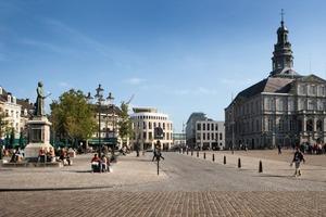 Blick auf das Morsae-Forum, davor liegt der Marktplatz mit Rathaus (1665)