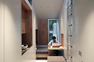 Durchblick von der Eingangstür aus. Links geht es ins Bad, geradeaus Wohn- und Schlafzimmer vor Küche und Büro. Über die Leiter (die versetzt wird) gelangt man auf das Dach