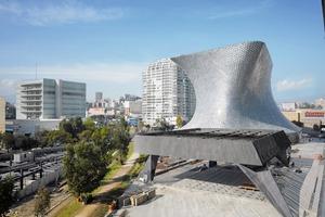 Die Dovela, der Schlussstein über dem Theaterzugang. Im Hintergrund das Museo Soumaya<br /><br />