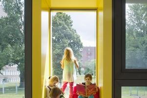 Auf die Körpergröße der Kinder wurde bei den Sitzhöhen der Fassadenboxen und an der Freitreppe sowie bei den Sanitärmöbeln eingegangen