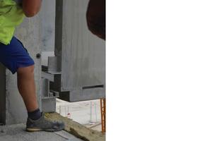 Dass die Tragkonstruktion als traditionelles Betonskelett im Rohbau ausgeführt worden ist, brachte einige Herausforderungen für die Montage der Fassadenelemente: Flachstähle nehmen die Toleranzen auf