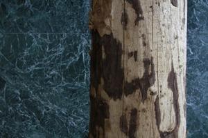 Holz vor Marmor