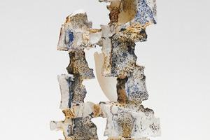 """Raumspiele in Styropor (Objekt 1), nicht realisiert, 1967–73 Architekt: Franz Krause (1897–1979) Ein bildnerisches Spätwerk des Architekten und Malers Franz Krause besteht in Skulpturen, die von ihm selbst als """"Raumspiele in Styropor"""" bezeichnet wurden. Bei diesen brachte er das Material, teilweise zuvor bemalt, mit einer brennenden Kerze zum Schmelzen. Ziel der Formexperimente war es, eine visionäre, aber überpersönliche Architektur zu erzeugen."""