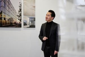 Zhang Ke erläutert die Ausstellung, hier vor dem Novartis-Projekt, Shanghai