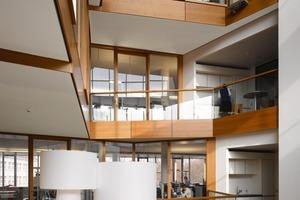 """<div class=""""10.6 Bildunterschrift"""">Die nach Süden ausgerichteten Innenhöfe dienen im Winter dank Wärmerückgewinnung der passiven Nutzung solarer Energie, im Sommer fungieren die Lichthöfe als Abluftkamin</div>"""