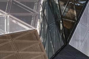 Um eine Aufheizung des lichtdurchfluteten Eingangsatriums sowie der gläsernen Verbindungsgänge durch Sonnenstrahlen zu vermeiden, wurden rund 4700 m² GEWE-therm® sun Sonnenschutzgläser von Schollglas in unterschiedlichen Ausführungen eingebaut. Eine hauchdünne, metallene Beschichtung reflektiert die auf die Glasscheibe auftreffende Sonnenstrahlung. Diese Beschichtung, die je nach Verfahren aus Edelmetallen oder Metalloxiden besteht, ist auf der Außenscheibe zum Scheibenzwischenraum hin angeordnet. In diesem Objekt wurden die Sonnenschutzgläser mit der hochselektiven Sonnenschutzbeschichtung Suncool HP 70/40 ausgeführt und erzielen einen Ug-Wert von 1,1 W/m<sup>2</sup>K – bei maximaler Lichttransmission.<br />