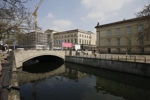 Aus Richtung Schlossbrücke über den Spreekanal auf Galerie, Neues Museum und Altes Museum (v. l.)