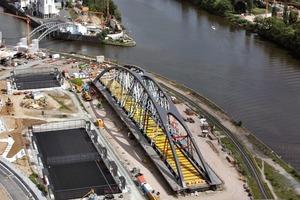 Die Segmente der Osthafenbrücke wurden per Schiff angeliefert und an Land zusammengefügt. Die Honsellbrücke (oben links) wurde zeitgleich instandgesetzt