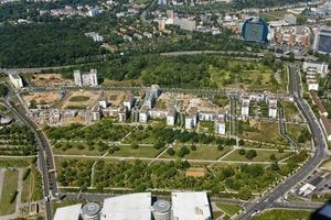 Das Rebstockareal gehört zu Bockenheim. Es liegt vor den Toren der Frankfurter Messe am westlichen Entrée zur Innenstadt. Das Gebiet ist 27 ha groß, davon 75000 m² Park und 20000 m² Wald