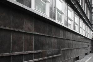 Die schöne Originalfassade der Südseite hinter glasierter Keramik, die gegen Verschmutzung schützen sollte und noch immer schützt