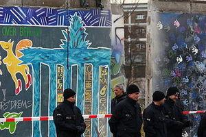 Am 1. März 2013 begann in Berlin der Abriss eines Teilstücks der East Side Gallery. Demonstranten versuchten, den Abriss zu verhindern.