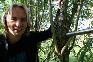 Ferdinand Ludwig zeigt einer Versuchsreihe zu Verwachsungen Holz/Metall