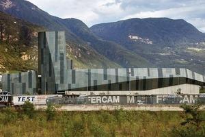 """<div class=""""2.6 Bildunterschrift"""">Angesichts der Bergkette im Hintergrund wird die angestrebte Analogie von Gebäude und Landschaft deutlich</div>"""