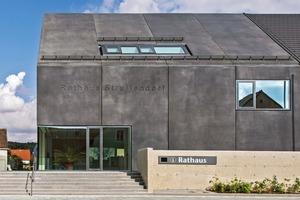 Anbau Rathaus: Die Außenwände bestehen aus Stahlbeton-Wandscheiben in Sichtbeton SB4 mit äußerer Bekleidung aus Wärmedämmung, Luftschicht und Designbeton-Fertigteilen