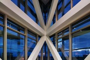 Die Tragstruktur, für die das Gebäude mit dem European Steel Design Award 2011 ausgezeichnet wurde, baut auf eine 1400t schwere Stahlkonstruktion auf,<br />die durch zwei Betonkerne stabilisiert wird<br />