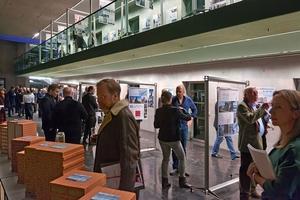 Anschließend an Preisverleihung und Empfang wurde die Ausstellung mit allen preisgekrönten und einer Auswahl der eingereichten Arbeiten eröffnet. Diese ist bis Ende Februar im Haus der Architektur in München zu sehen, bevor sie deutschlandweit gezeigt wird.