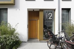 Der kleine Grünstreifen vor dem Haus vermittelt; und gibt Raum für Fahrrzeuge aller Art