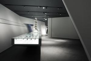 Ausstellungsraum: Schlachten und Schlachtordnungen ... Studienobjekte für jedermann in einer Schubladenlandschaft darunter