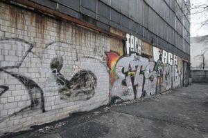 Die im EG geschlossene Wand ist jüngeren Datums, ursprünglich hing die Fassade mit Drahtglas bis zum Boden