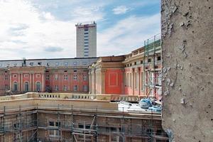 Blick aus DDR-Architektur (FH) auf Schloss und Hotel